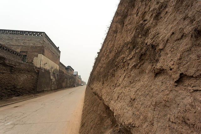 Pingyao: Picture of dirt wall.