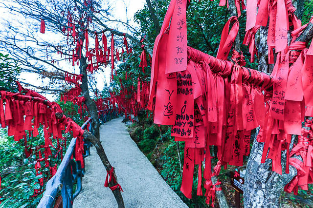 Tianmen Mountain: Picture of ribbons.