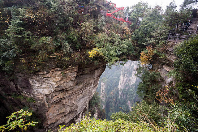 Zhangjiajie: Picture of natural bridge.