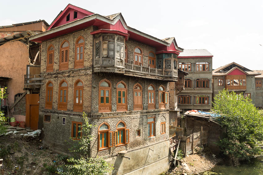 Picture of an old building in Srinagar.