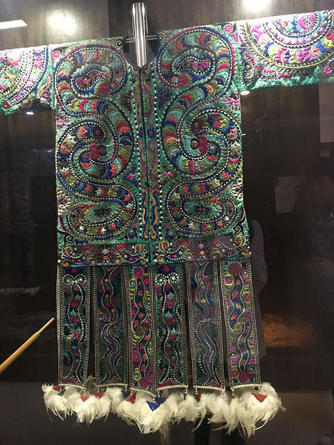 Li Song Mei: Picture of embroidered outfits.
