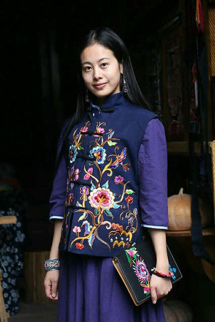 Li Song Mei: Picture of girl in traditional outfits.
