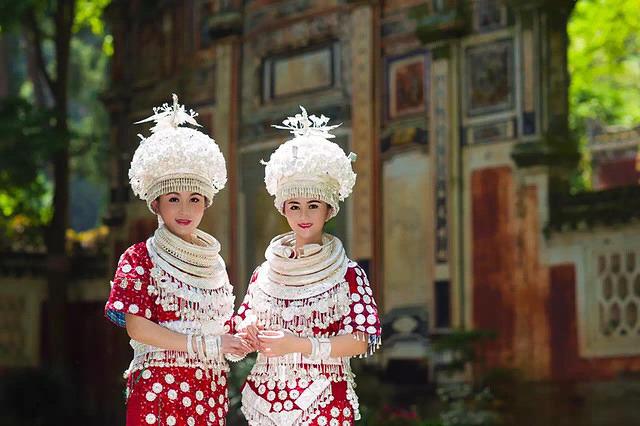 Li Song Mei: Picture of girls in silver.