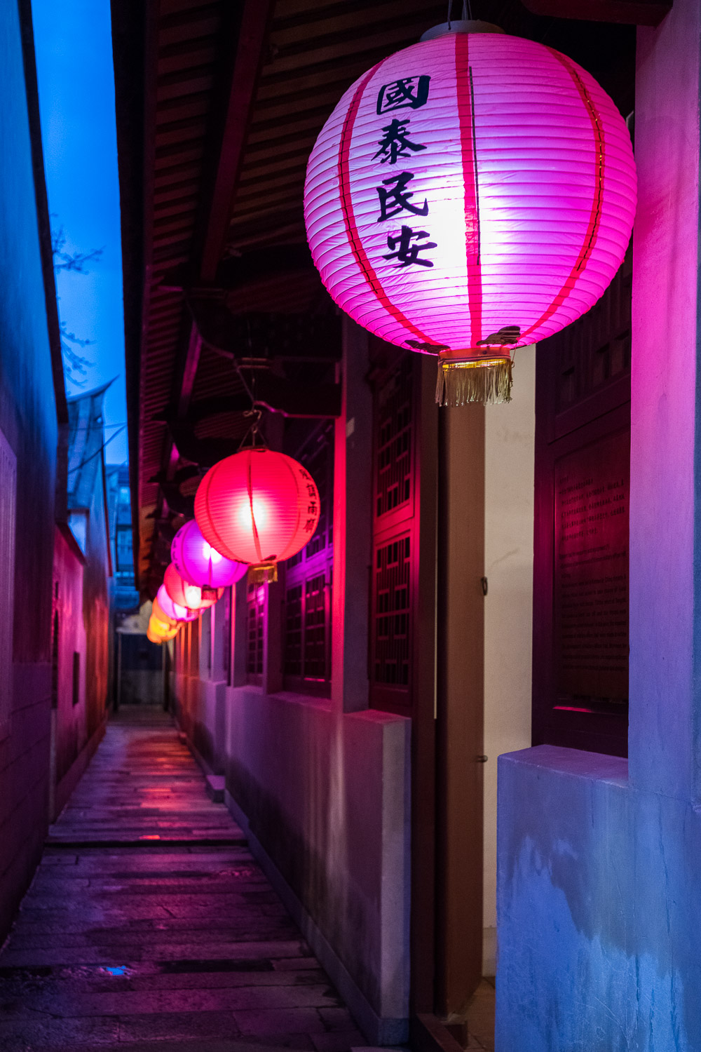 Kinmen: Picture of a row of red lanterns.