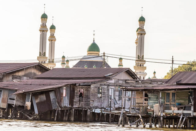Picture of houses in Kampong Ayer and a mosque.